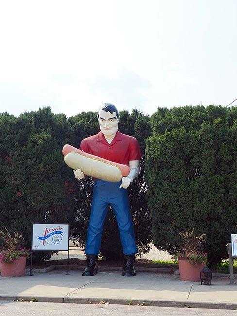 El Bunyons Giant en Atlanta, esta vez reconstruido para que sostenga un Hot Dog