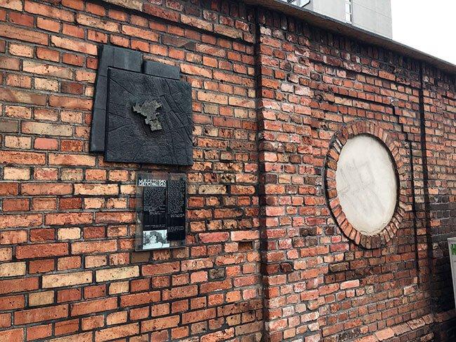 Muro en el que se puede ver un mapa del gueto judío en Varsovia