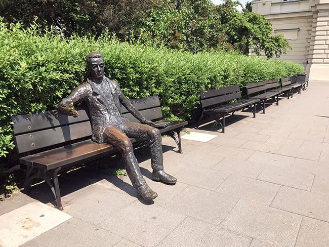 En Varsovia encuentras muchas obras escultoricas como el estudiante en la universidad