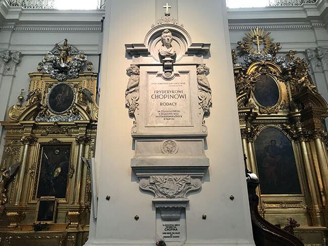 Dentro de la iglesia de la Santa Cruz encontramos una lapida de Chopin