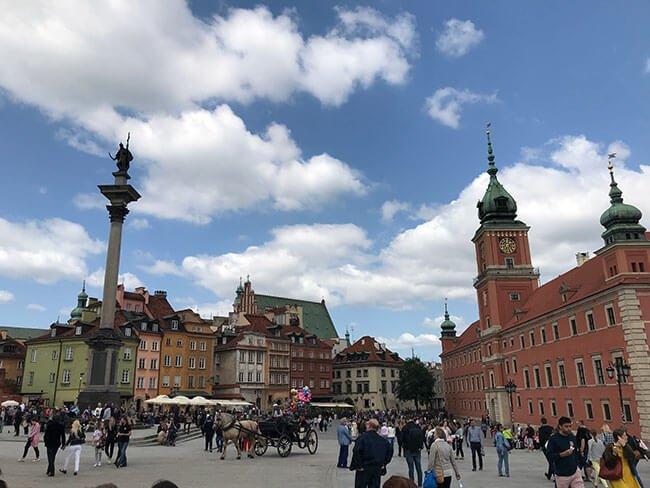 El castillo real y la columna del rey Segismundo III en Varsovia, una plaza preciosa