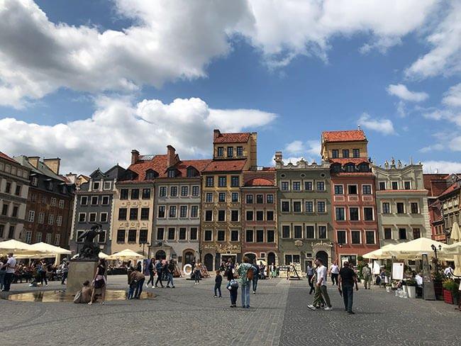En la plaza hay mucho movimiento y es el centro histórico de Varsovia