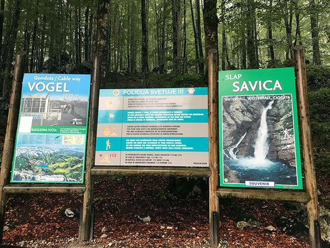 Los carteles que hay a la entrada de la cascada Slap Savica, no pudimos ir por el mal tiempo