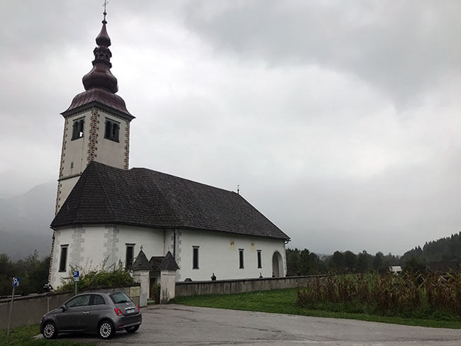 La iglesia Cerkev del pueblo Bitnje en Eslovenia