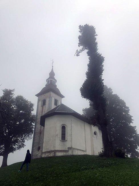 La iglesia de Cerkev Sv. Tomaz entre la niebla