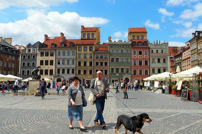 La plaza del mercado de Varsovia es ideal para sentarte a tomar algo o contemplar los productos de las tiendas