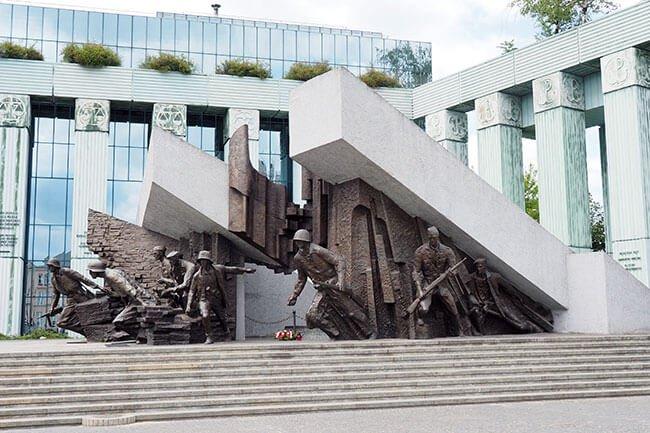 Monumento dedicado a los insurgentes saliendo entre los pilares en la guerra