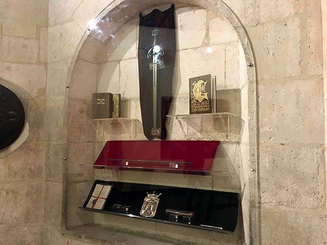 Restos de el Cid en el arco de Santa María