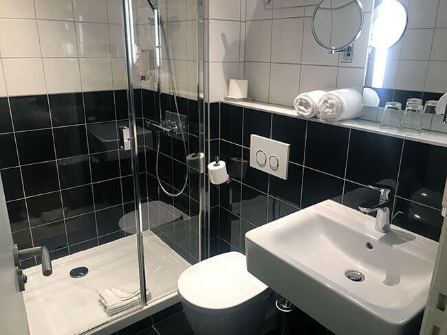 Baño de nuestro hotel en Toulouse