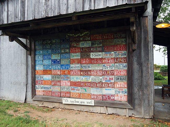 El pueblo de Red Oak 2 donde puedes encontrar cosas curiosas como las matriculas de coches que han circulado por allí