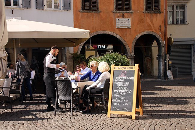 Una actividad ideal para hacer en Trento es disfrutar del buen tiempo en las terrazas