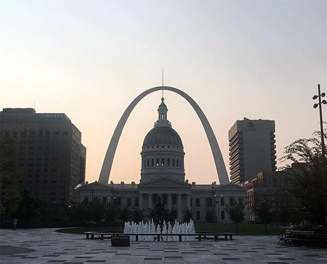 El capitolo de Saint Louis con el Arco Gateway de fondo al amanecer, una buena forma de empezar el día