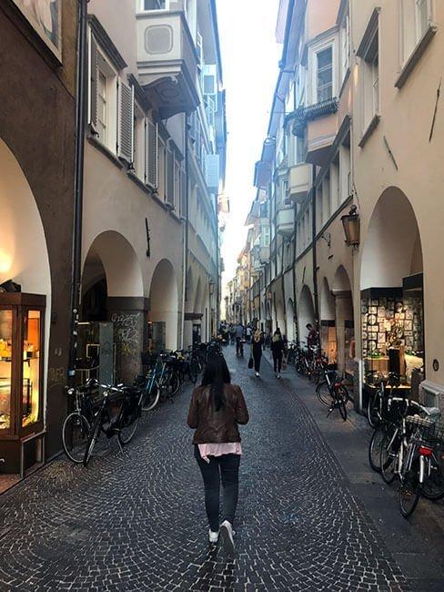 La Via Portici donde se aglomeran la mayoria de comercios de Bolzano