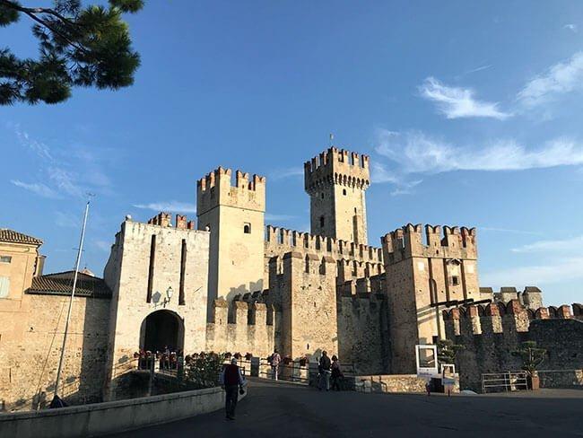 El precioso castillo de Sirmione, llamado Rocca scaligera