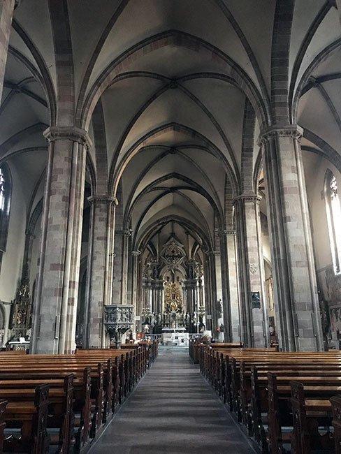 El interior de la catedral de Bolzano, nada recargada pero muy espectacular