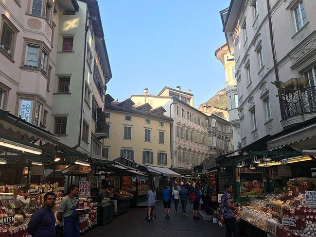 El mercado en la plaza delle Erbe en Bolzano