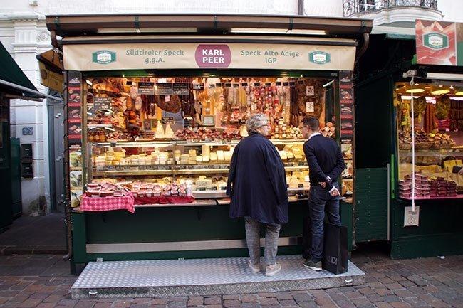 En los puesto de mercado se puede ver ese carácter bilingüe de la ciudad