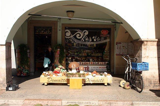 Es un pueblo que mantiene costumbres de toda la vida como los puestos de las tiendas en las calles