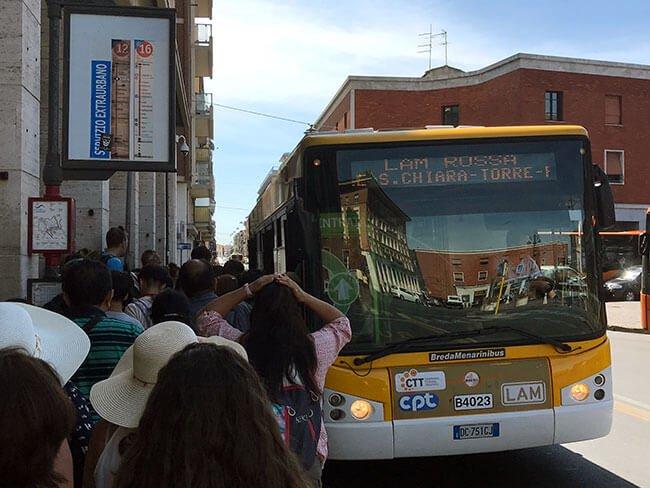 El autobus de la linea LAM ROSSA que conecta la estación de trenes y el centro del a ciudad de Pisa