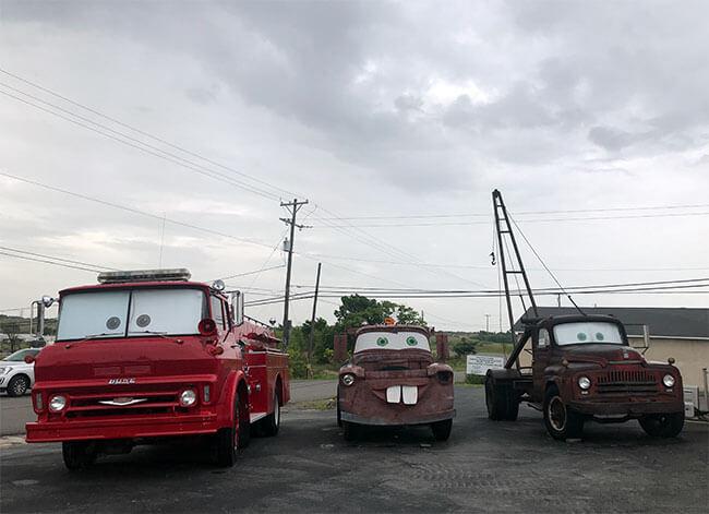 Hay una gran cantidad de personajes del a película Cars en el Cars on the Route
