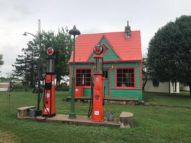No podía faltar la típica gasolinera de carretera con elementos de la Ruta 66