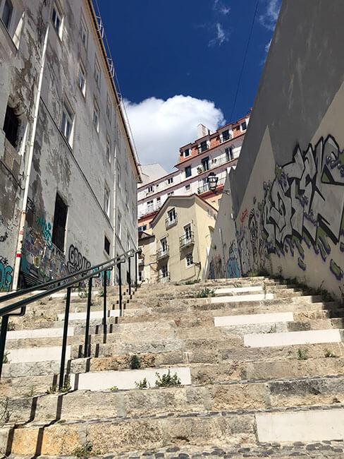 Escaleras que conectan los barrios en Lisboa