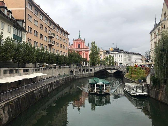 Las calles y canales de Ljubljana en Eslovenia