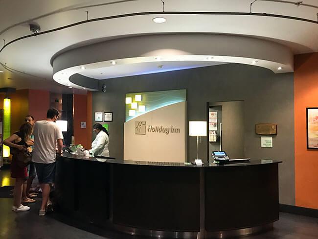 La recepción del hotel Holiday Inn en Tulsa