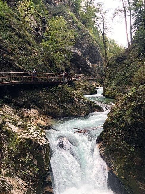 Todo el camino por las gargantas de Vintgar esta muy bien conservado, aunque en algunos lugares es algo estrecho - Eslovenia