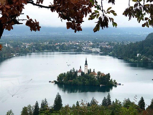 La iglesia de la isla de Bled desde el mirador Ojstrica del lago Bled - Eslovenia