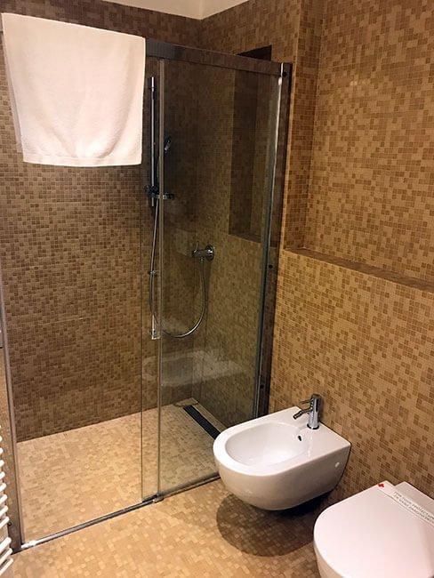El baño del apartamento con la ducha muy práctica