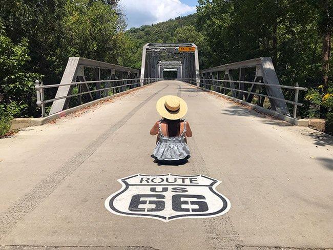 El puente Devil's Elbow Bridge es un lugar ideal para sacar una foto del escudo de la Ruta 66 en la carretera