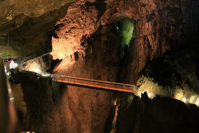 La visita por las las cuevas Skocjan te llevan a recorrer puentes dentro de las mismas cuevas