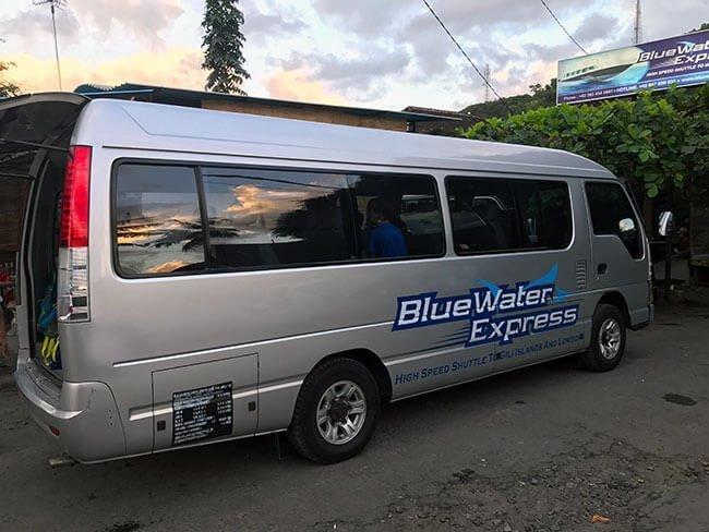 Bus de Blue Water Express que nos llevó desde el hotel de Ubud hasta el barco
