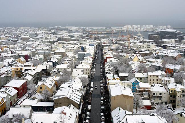 La ciudad de Reykjavík nevada desde el mirador de la iglesia Hallgrímskirkja