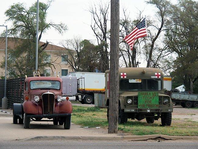Durante todo el recorrido por la Ruta 66 encuentras pueblos con estampas de película y coches antiguos