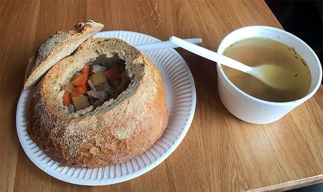 Aquí la sopa de cordero en pan