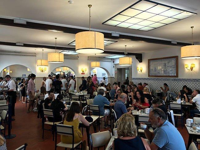 Interior de la confitería de pasteis de Belem