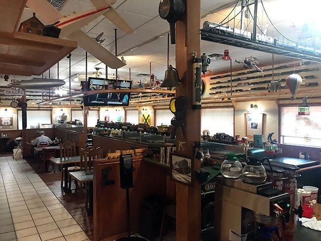 El interior del Ollie's Station Restaurant, con los trenes eléctricos dando vueltas por todo el restaurante