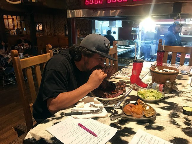 Un valiente que se atrevió a intentar superar el reto del filete de 72 oz en el Big Texan de la Ruta 66