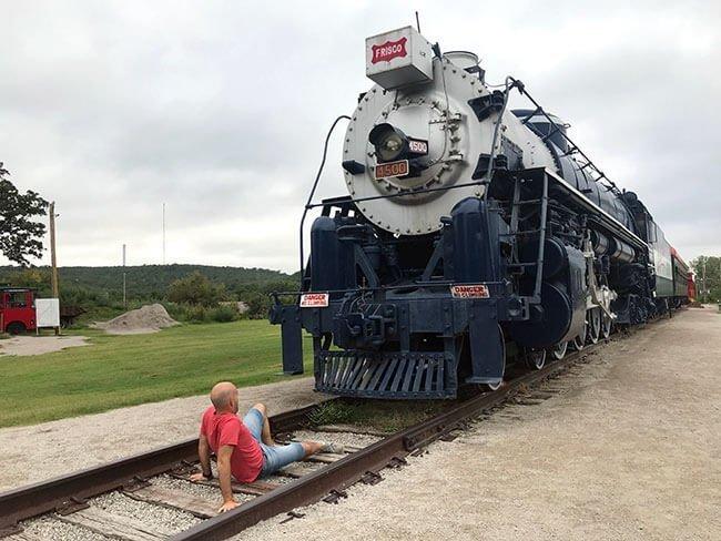 El Route 66 Village de Tulsa es un museo al aire libre donde puedes encontrar cosas tan sorprendentes como una locomotora enorme!