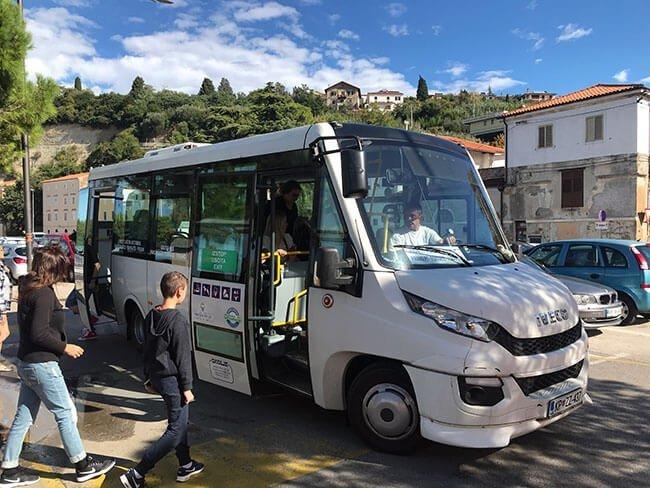 El bus que te lleva del parking a las afueras de Piran hasta el centro del pueblo
