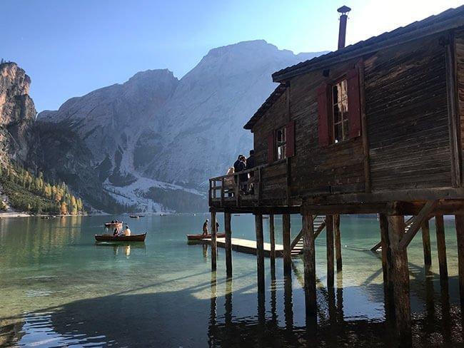 En el lago de Braies puedes alquilar barcas para disfrutar del lago