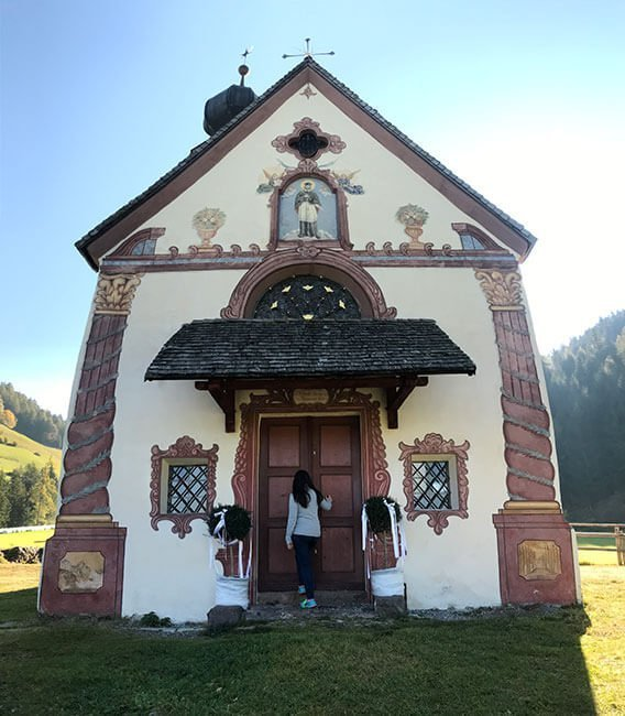 Esta preciosa iglesia está situada en el centro del valle