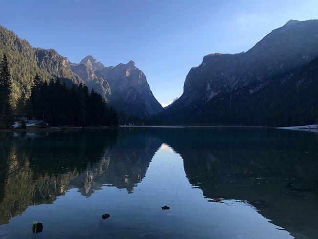 El precioso Lago Di Dobbiaco en los Dolomitas