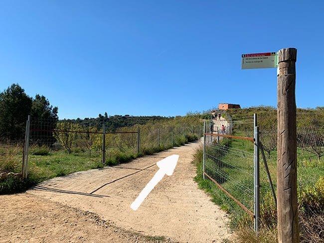 Seguir la ruta en este punta es fácil, hay que pasar por el camino entre los campos y en dirección a la construcción