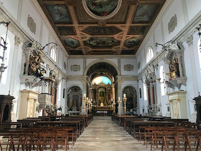 El interior de la iglesia de San Jorge en Piran sorprende porque es muy bonita