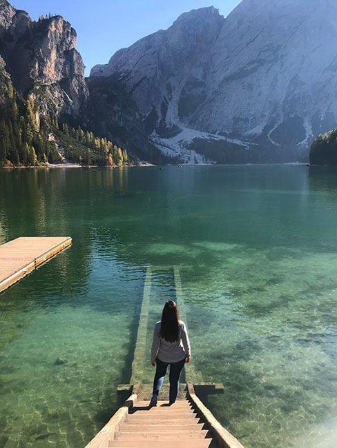 El embarcadero del lago de Braies en los Dolomitas