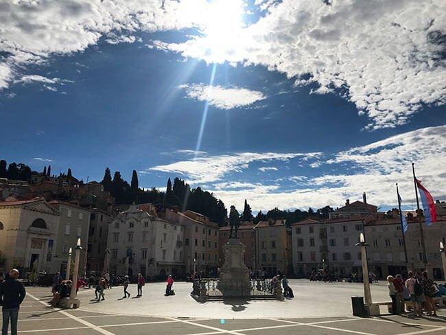 La preciosa plaza del pueblo costero de Piran en Eslovenia