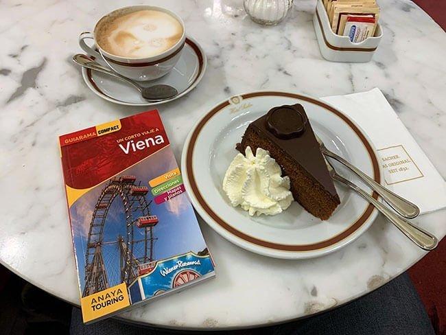 Tarta Sacher, capuccino y cortado en el Cafe Sacher
